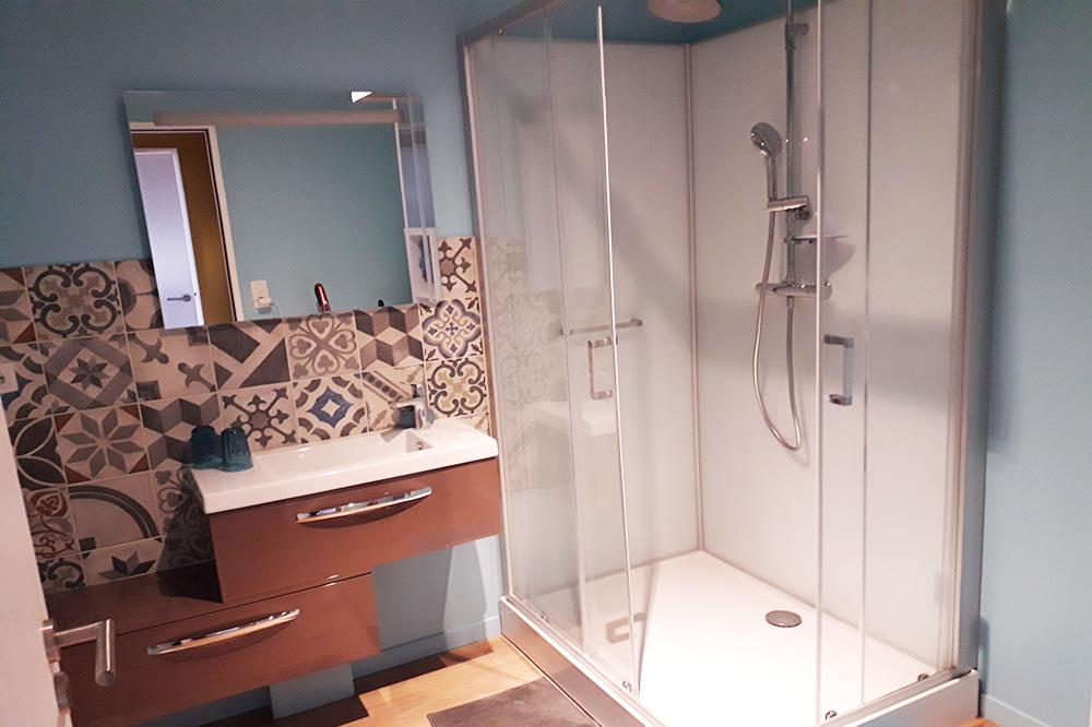 Une salle de bains spacieuse et raffinée